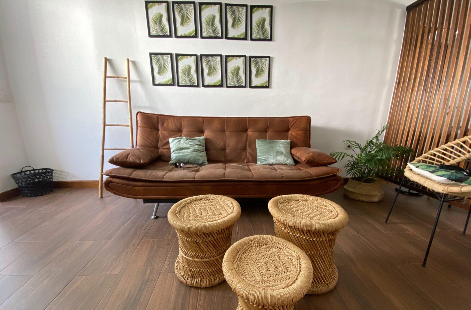 vinyl padló szobában kanapéval